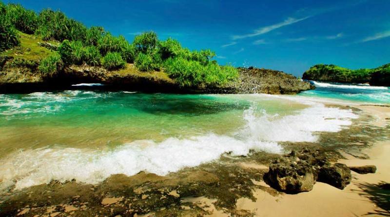 Keindahan Pantai Srau Pacitan