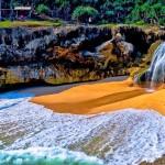 Pantai Banyu Tibo Pacitan, Perpaduan Pantai dengan Air Terjun yang Mengagumkan