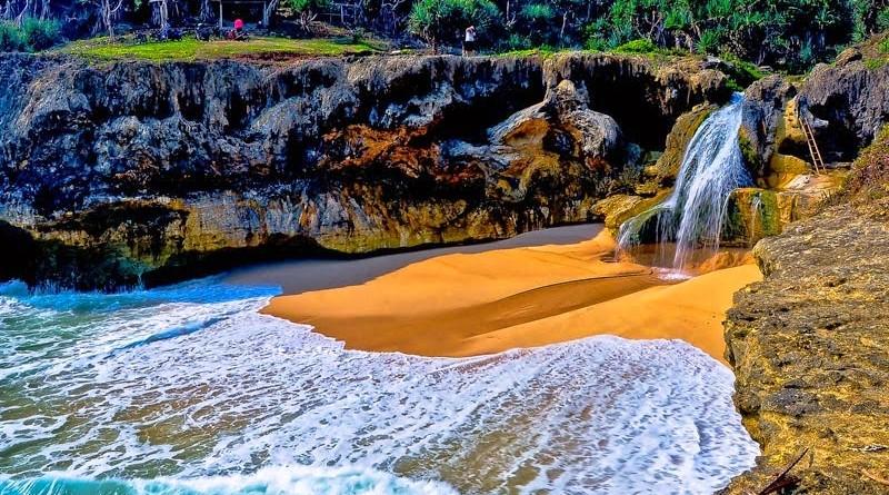 Keindahan air terjun di Pantai Banyu Tibo Pacitan