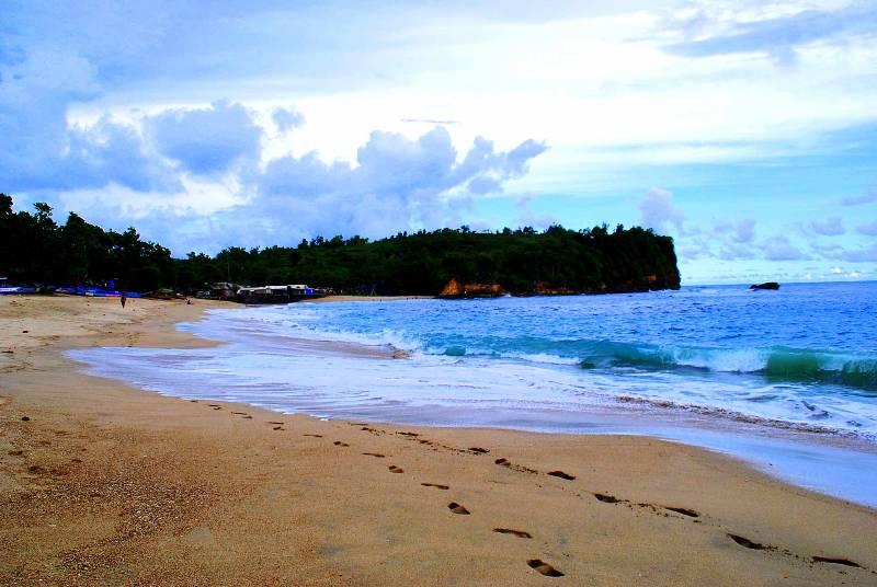 Pantai Tambak Rejo Blitar dengan pasir pantainya yang putih dan lembut
