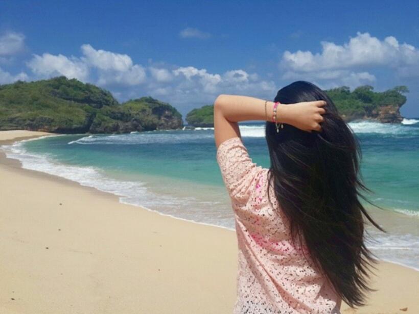 Pantai Watu Karung Pacitan dengan pasir putih serta air laut yang bening