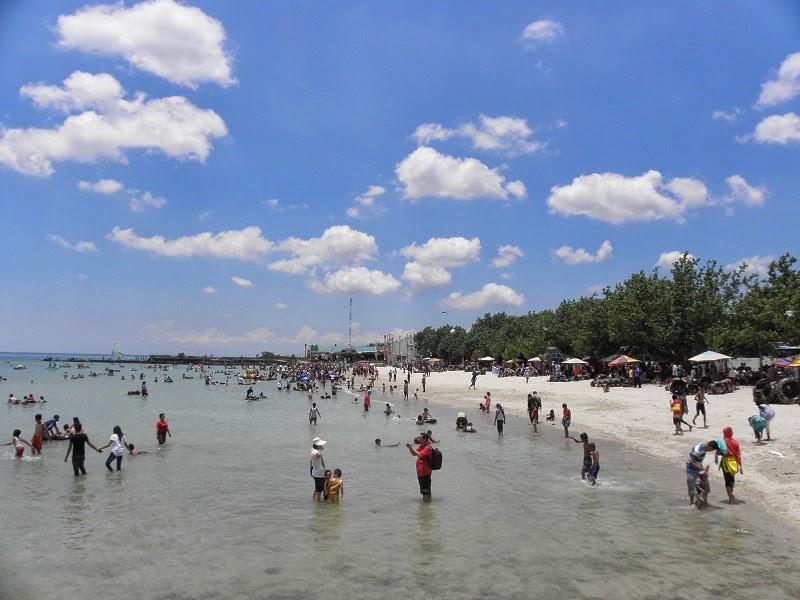 Para pengunjung di Pantai Delegan Gresik