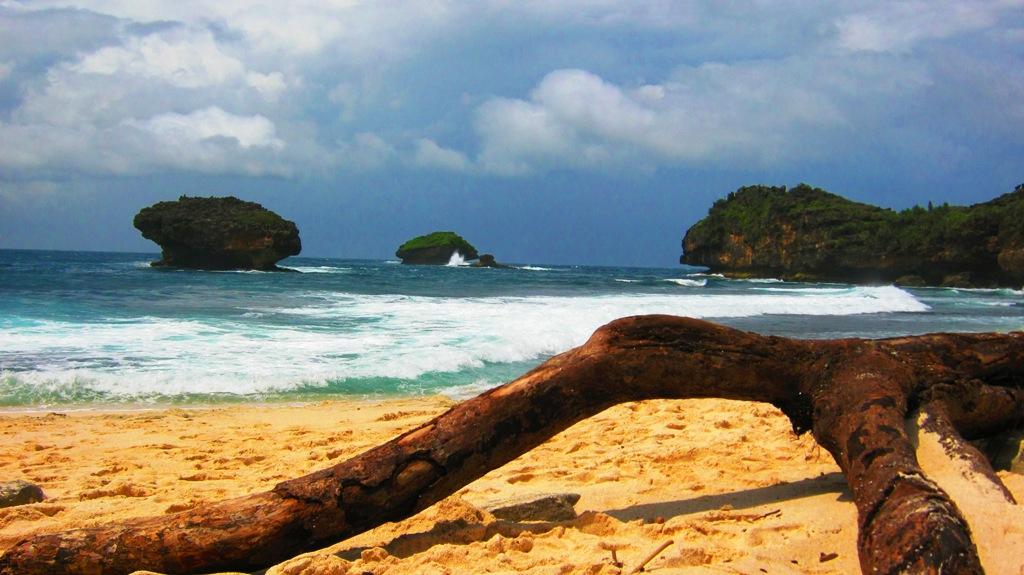 Pasir putih di Pantai Srau Pacitan