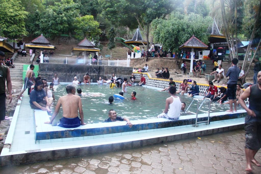 Pengunjung yang meramaikan pemandian air panas Pacitan