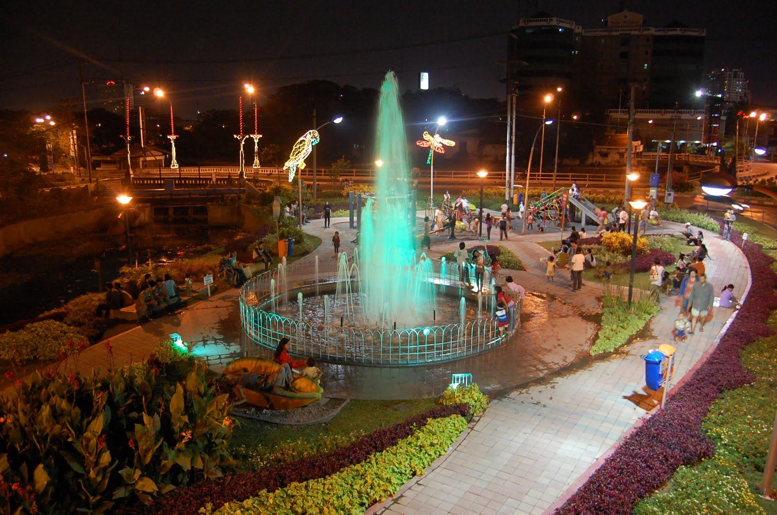 Berkunjung ke Taman Bungkul Surabaya di Malam Hari, Keren