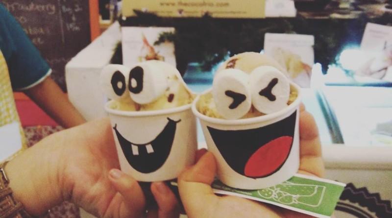Siang-siang udara panas enaknya makan ice cream. Kafe Cocoforio Ice Cream Surabaya dapat menjadi cafe pilihan untuk Anda yang ingin makan ice cream di Surabaya. Gerai ice cream di Surabaya ini ternyata sudah ada sejak tahun 1999 dan sampai sekarang telah memiliki 3 gerai di Surabaya. Salah satunya ada di kawasan Darmo Permai. Kafe Cocoforio Ice Cream Surabaya memiliki dua spot outdoor yakni di bagian teras dan di lantai 2. Sebelum memasuki area indoor, Anda akan menjumpai maskot atau ikon Cocoforio yang memiliki rambut layaknya daun kelapa. Desain interior yang disuguhkan berwarna kalem putih dan coklat serta kursi kuning yang mencolok. Begitupula dengan bunga soka berwarna kuning yang menghiasi interior spot. Sedangkan di area outdoor dihiasi lantai bermotif batuan taman serta pohon kelapa dan tanaman hijau lainnya. Menu Kafe Cocoforio Ice Cream Surabaya Menu Kafe Cocoforio Ice Cream Surabaya tak hanya ice cream namun juga varian foods dan snack. Menu varian foods tak hanya menu Indonesia, tapi juga menu western. Untuk menu varian foods terdapat makanan diantaranya bakso, ayam goreng, dan batagor. Untuk menu western terdapat cheeseburger, pasta, dan lain-lain. Sedangkan menu snack ada onion ring, cheese stick, ataupun fried fries. Sedangkan menu utama Cocoforio yakni ice cream. Untuk menu ice cream kids adalah menu yang paling banyak dipesan, selain enak bentuknya yang imut dan lucu menjadi favorit pengunjung. Menu ice cream kids tersedia 3 pilihan bentuk yakni chrunchy bar, snowman dan daytona. Menu ice cream lainnya yang menjadi andalan ialah Irish Liquor ice cream walaupun ice cremnya campuran alkohol, ada banyak pengunjung yang menyukainya, harga yang dipatok juga sangat mahal agar pengunjung yang dibawah umur tidak dapat menikmatinya dengan mudah. Anda yang mangadakan birthday party, Cocoforio juga menyediakan tart ice cream dengan ukuran yang lumayan besar. Harga yang dibanderol tiap menu mulai Rp.4.000 hingga Rp.20.000. Tarif tersebut pun membuat Kafe Cocofo