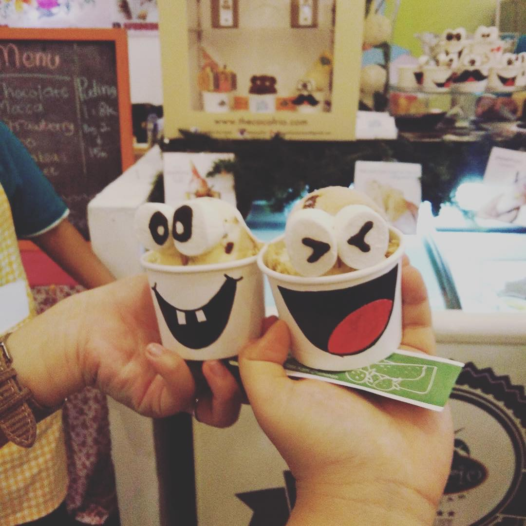 Siang-siang udara panas enaknya makan ice cream. Kafe Cocoforio Ice Cream Surabaya dapat menjadi cafe pilihan untuk Anda yang ingin makan ice cream di Surabaya. Gerai ice cream di Surabaya ini ternyata sudah ada sejak tahun 1999 dan sampai sekarang telah memiliki 3 gerai di Surabaya. Salah satunya ada di kawasan Darmo Permai.  Kafe Cocoforio Ice Cream Surabaya memiliki dua spot outdoor yakni di bagian teras dan di lantai 2. Sebelum memasuki area indoor, Anda akan menjumpai maskot atau ikon Cocoforio yang memiliki rambut layaknya daun kelapa. Desain interior yang disuguhkan berwarna kalem putih dan coklat serta kursi kuning yang mencolok. Begitupula dengan bunga soka berwarna kuning yang menghiasi interior spot. Sedangkan di area outdoor dihiasi lantai bermotif batuan taman serta pohon kelapa dan tanaman hijau lainnya.  Menu Kafe Cocoforio Ice Cream Surabaya  Menu Kafe Cocoforio Ice Cream Surabaya tak hanya ice cream namun juga varian foods dan snack. Menu varian foods tak hanya menu Indonesia, tapi juga menu western. Untuk menu varian foods terdapat makanan diantaranya bakso, ayam goreng, dan batagor. Untuk menu western terdapat cheeseburger, pasta, dan lain-lain. Sedangkan menu snack ada onion ring, cheese stick, ataupun fried fries.  Sedangkan menu utama Cocoforio yakni ice cream. Untuk menu ice cream kids adalah menu yang paling banyak dipesan, selain enak bentuknya yang imut dan lucu menjadi favorit pengunjung. Menu ice cream kids tersedia 3 pilihan bentuk yakni chrunchy bar, snowman dan daytona. Menu ice cream lainnya yang menjadi andalan ialah Irish Liquor ice cream walaupun ice cremnya campuran alkohol, ada banyak pengunjung yang menyukainya, harga yang dipatok juga sangat mahal agar pengunjung yang dibawah umur tidak dapat menikmatinya dengan mudah.  Anda yang mangadakan birthday party, Cocoforio juga menyediakan tart ice cream dengan ukuran yang lumayan besar. Harga yang dibanderol tiap menu mulai Rp.4.000 hingga Rp.20.000. Tarif tersebut pun membuat Kafe C