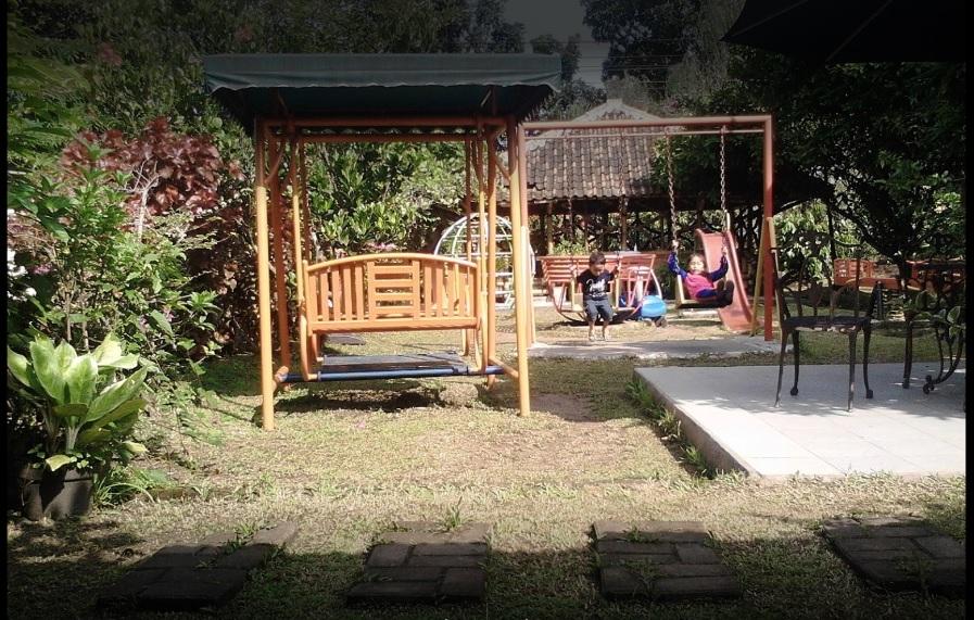 fasilitas taman bermain rumah makan ibu nurul