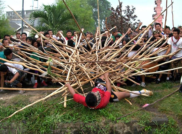 Tradisi Makotek Bali